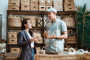 businesswoman-man-chat-among-handicraft-items-craft-galleries-resize